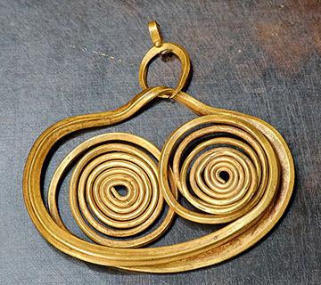 Zlatá náušnice (Mykény, 18. stol. př. n. l.) (zdroj: wikipedia.org)